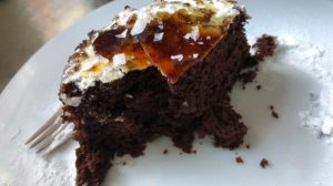 Bolo de chocolate suflê no forno de micro-ondas