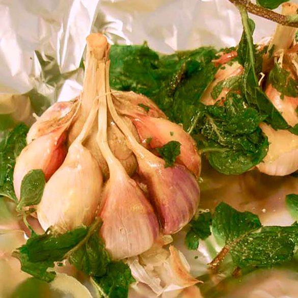Alho assado com azeite hortelã www.cozinhadamarcia.com.br
