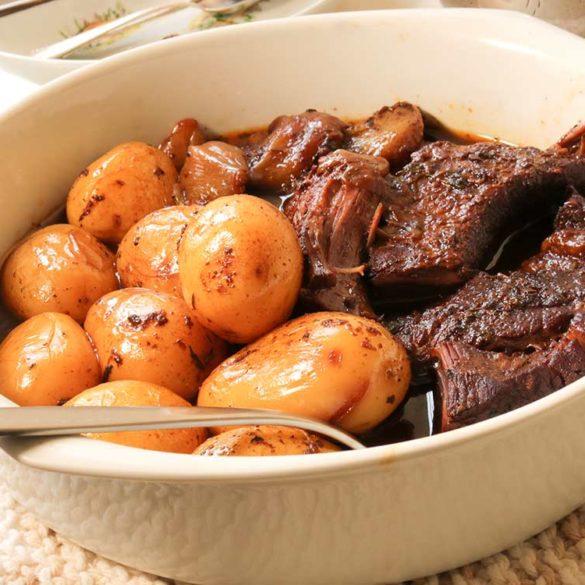Peito de boi cozido no vinho tinto com cebolinhas e batatas. Foto: Marcia Zoladz